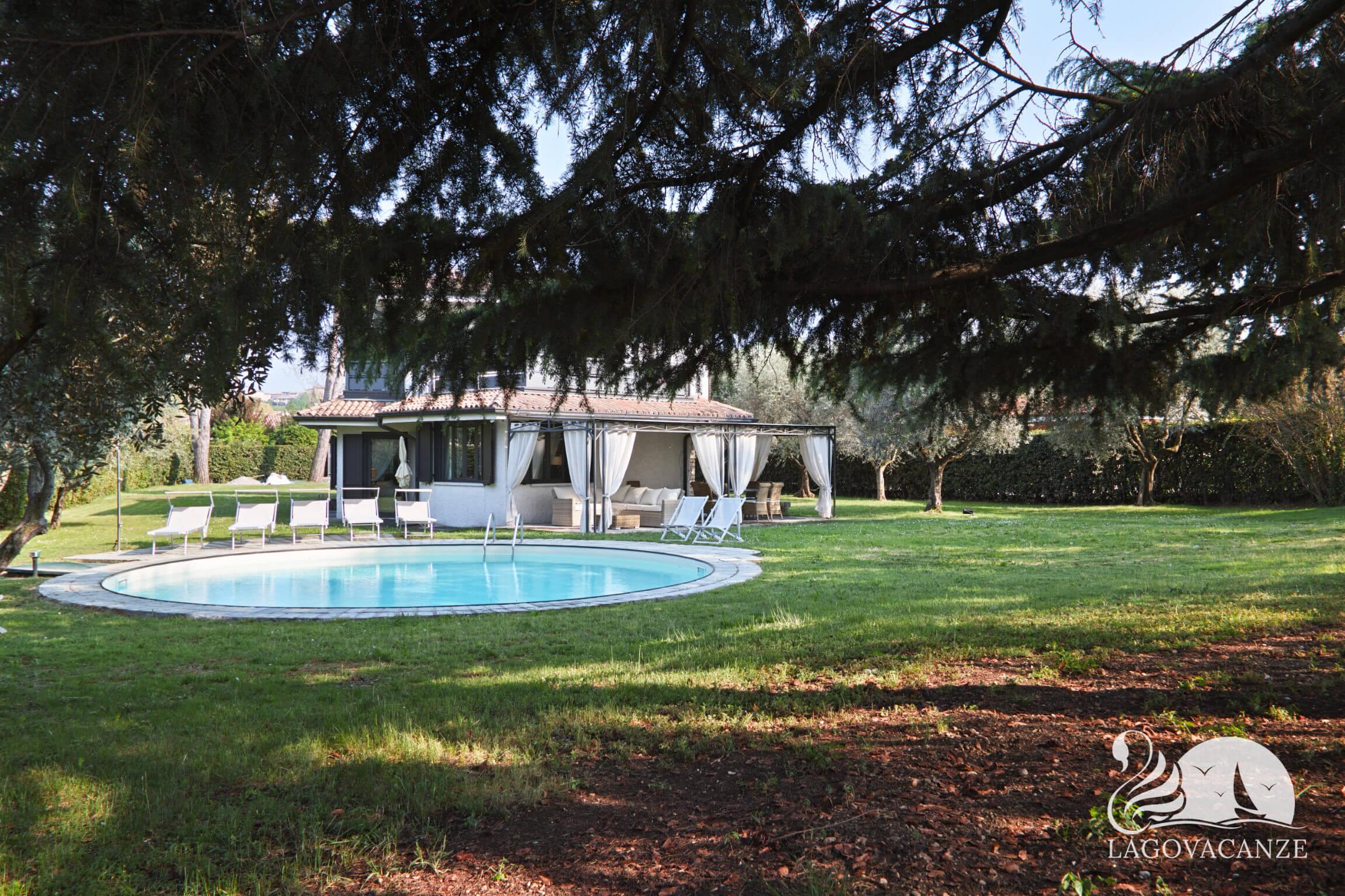 Luxury villa bianca villa per vacanze a manerba del garda con piscina - Hotel manerba del garda con piscina ...