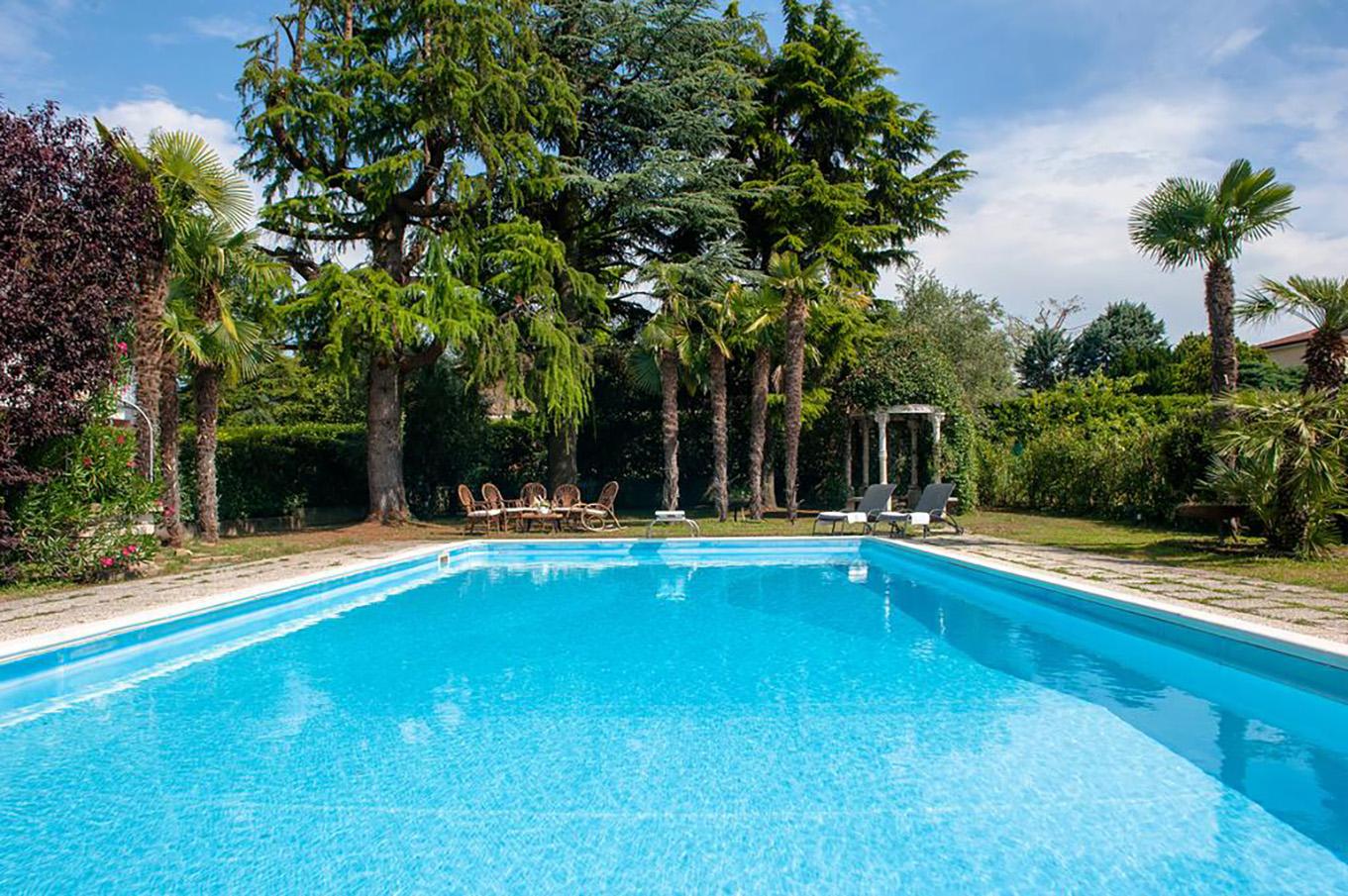 Villa enrico villa in affitto per vacanze a manerba del garda con piscina - Hotel manerba del garda con piscina ...
